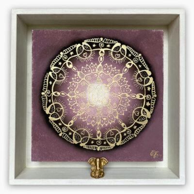 2447  Material: Pastellkreide/Gold Acryl  •  Holzrahmen: Größe Außen: 30 x 30 cm   Innen: 23 x 23  cm   Tiefe: 6 cm • Preis: 239 €